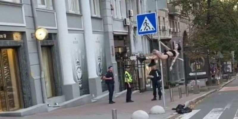 В Киеве девушка в одном нижнем белье станцевала стриптиз на дорожном знаке, за ней наблюдали полицейские (видео)