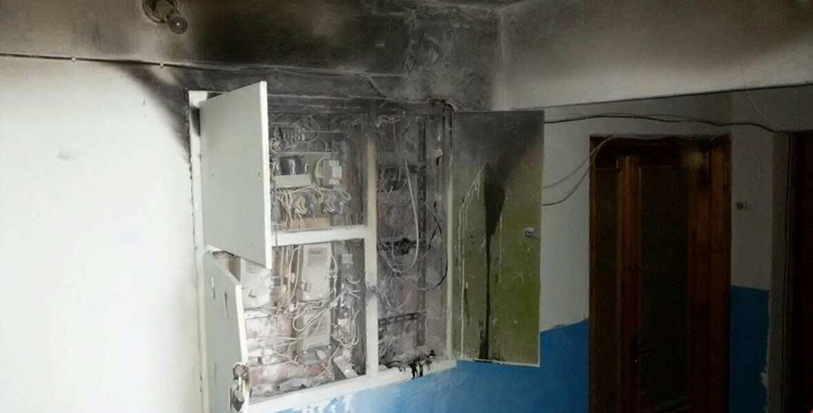 У Кропивницькому в під'їзді багатоповерхівки загорілася електрощитова (ВІДЕО)