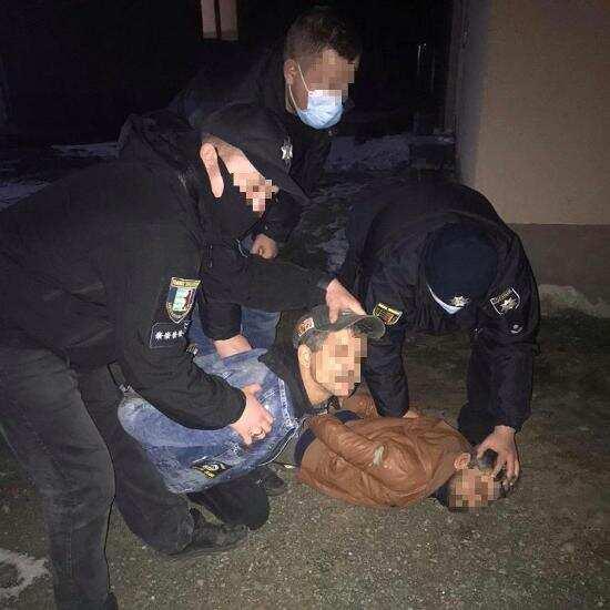 На Виноградівщині двоє чоловіків пограбували 84-річну пенсіонерку (ВІДЕО)