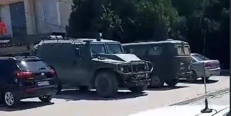 Путинские военные ездят за покупками в Крыму на БТР: эксклюзивное видео