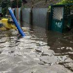 Одесса встала после потопа: маршрутки тонут, люди ездят в грузовиках по ценам такси (видео)