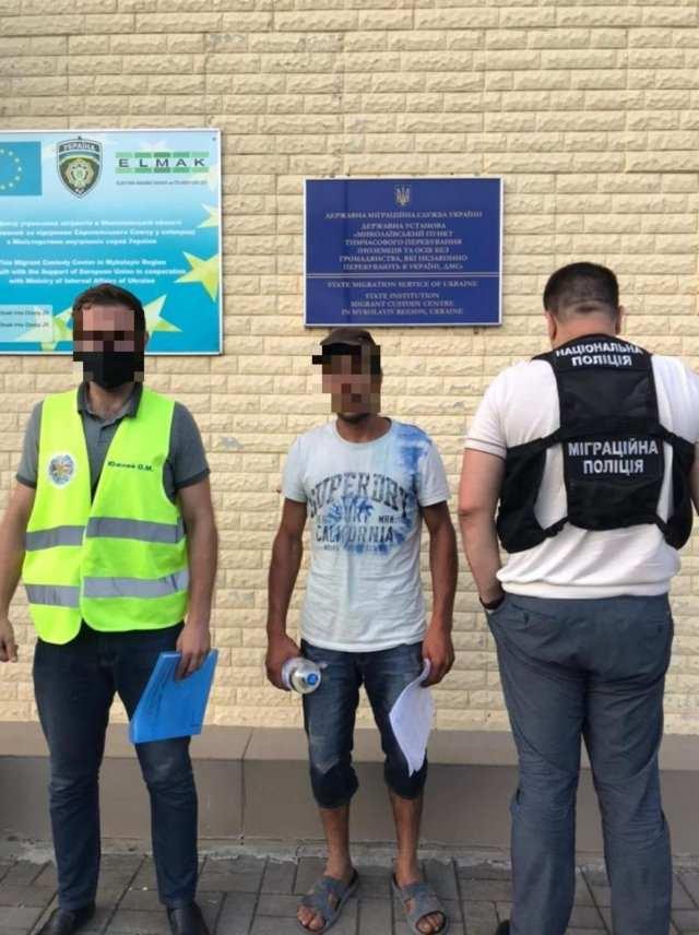 Иностранца-нарушителя принудительно вернули на родину