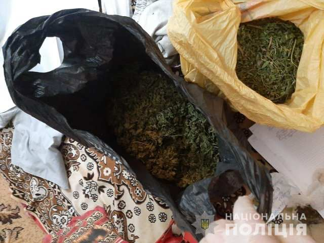 Полицейские изъяли два пакета марихуаны у жителя Геническа