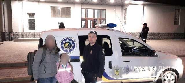В Херсоне полиция искала мать 7-летней девочки, которую отец бросил на детской площадке.