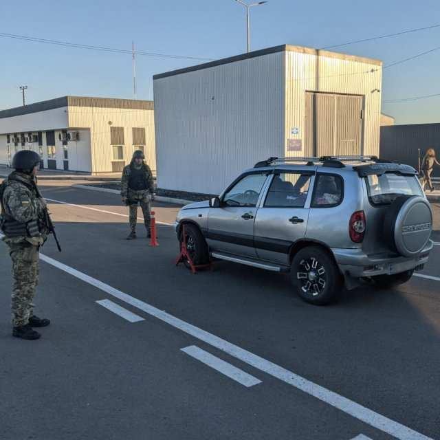 """В КПВВ """"Чонгар"""" пограничники обнаружили в автомобиле холодное оружие"""