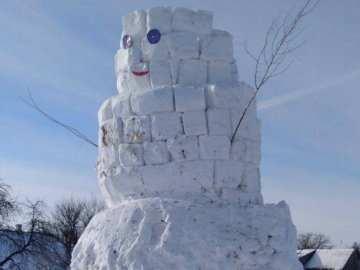 Одинадцятикласник з Волині тиждень «мурував» велетенського сніговика