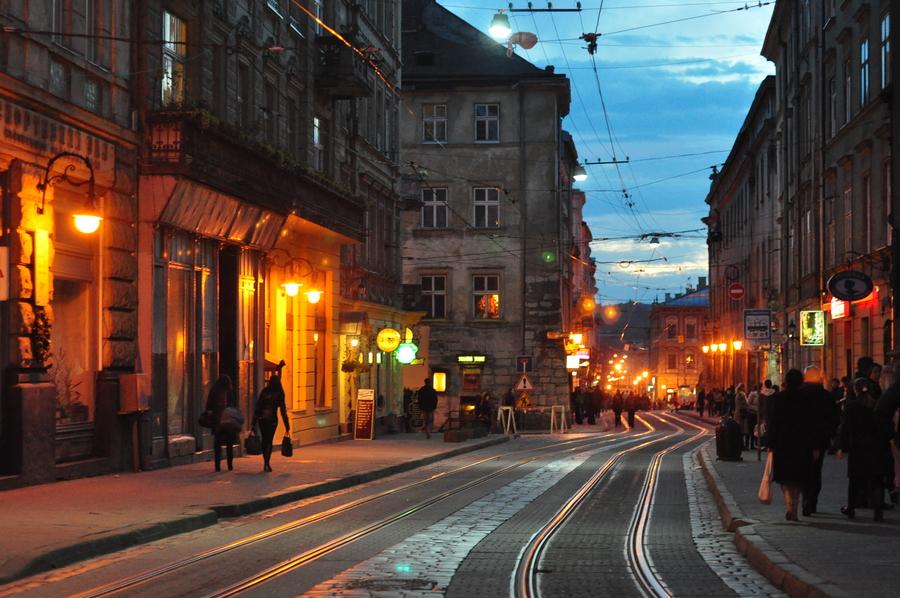 У пам'ять про героїв Небесної сотні у Львові запустили в небо світлові промені. Фото дня