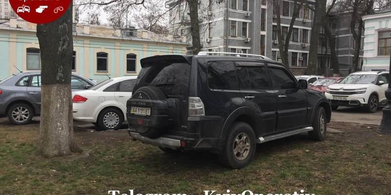 """""""А что, так можно было?!"""" Парковка чиновников в центре Киева разозлила сеть (фото)"""