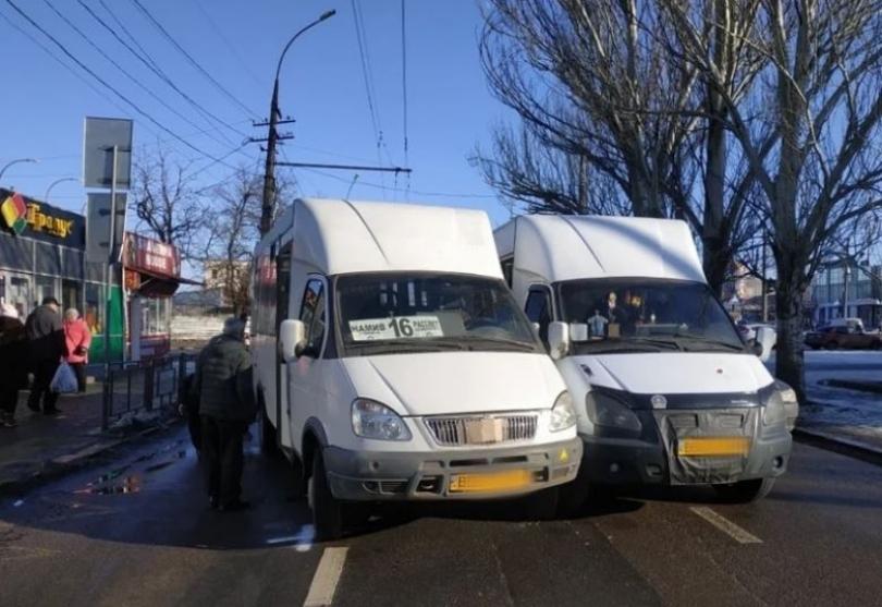 В центре Николаева столкнулись две маршрутки — проезд по проспекту практически заблокирован