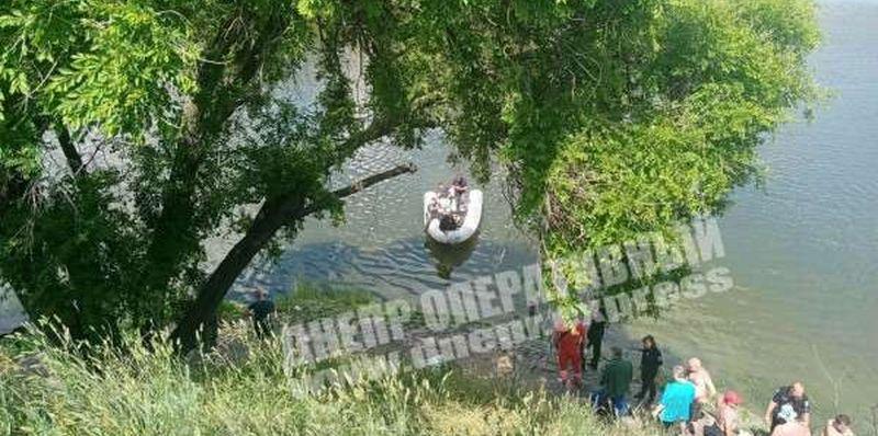 Молодая девушка сиганула с моста в Днепре (видео)