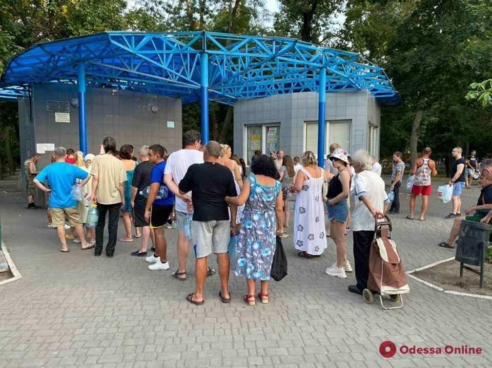 Из-за внезапного отключения воды в Одессе выстроились очереди у бюветов