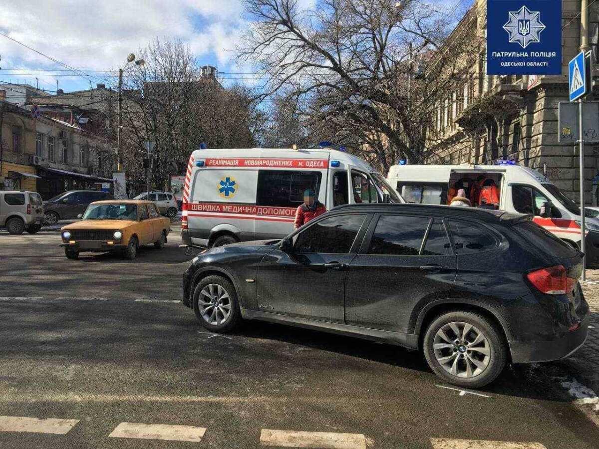 Появилось видео, как в центре Одессы столкнулись автомобиль скорой помощи и BMW