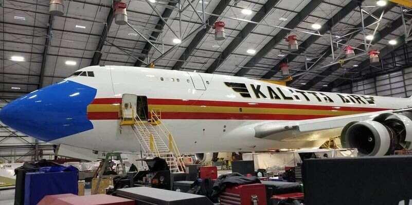 """Напоминание о Covid-19 поднимут в небо: американский грузовой Boeing """"надел"""" маску (фото)"""