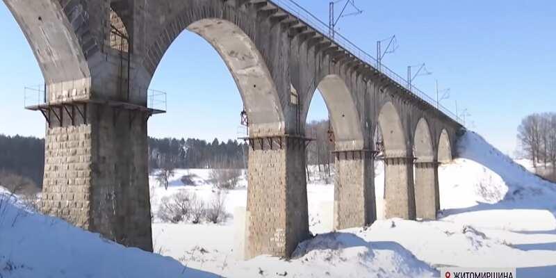 На Житомирщине подросток прыгнул с 30-метрового моста в реку из-за девушки: что он выжил - чудо