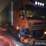 Шел посреди трассы: грузовик насмерть переехал парня