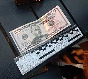 У Мукачеві патрульні затримали чоловіка, який намагався обміняти фальшиву доларову купюру