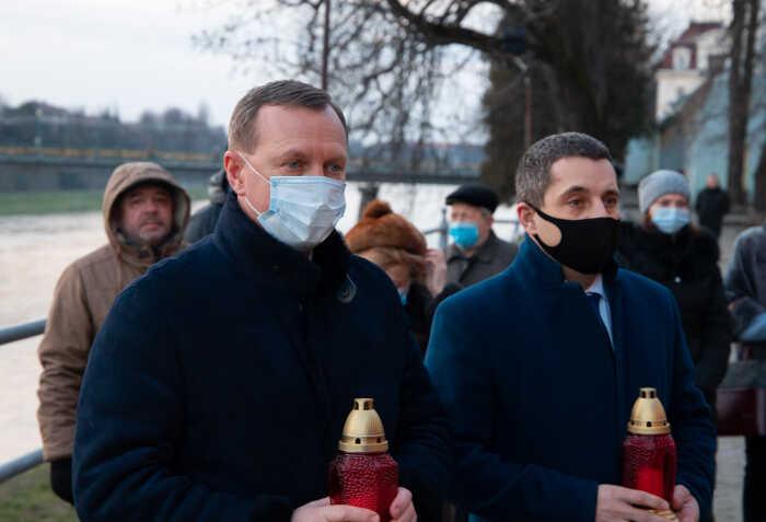 Символічні свічки сьогодні, у Міжнародний день пам'яті жертв Голокосту, засвітили в центрі Ужгорода