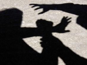 У Берегові неповнолітні пограбували жінку, яка перебувала у будинку з дітьми