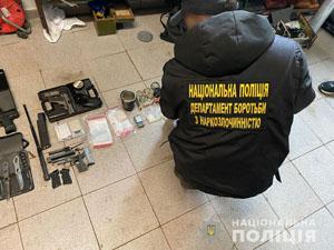 На Закарпатті викрили двох наркоторговців, а у сховку знайшли ще й чимало зброї (ФОТО)