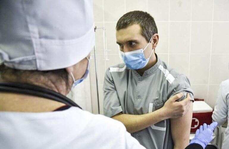 В Украине началась вакцинация от коронавируса: первым прививку получил врач из Черкасс