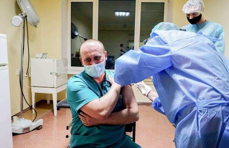Житомир получил первую партию вакцины от коронавируса: медикам уже делают прививки