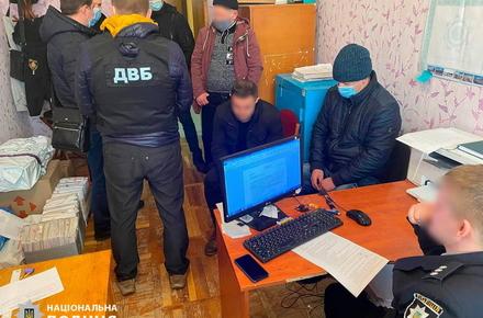 Двоє молодиків, затримані за побиття, намагалися підкупити заступника начальника Житомирського райуправління поліції та слідчого