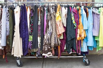 У Житомирі жінка обікрала секонд-хенд: винесла речей на 2,7 тис. грн, надягнувши їх на себе