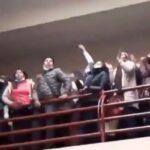 Перила не выдержали давки: минимум семь студентов погибли в здании вуза в Боливии (видео 18+)