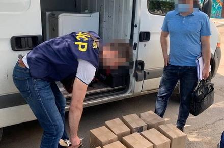 У Житомирській області викрили групу «бізнесменів», які продавали фальсифікований алкоголь: у гаражах виявили 1,5 тонни спиртного