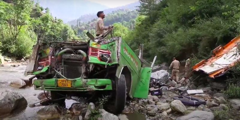 В Перу на горной дороге в Андах автобус упал в пропасть: есть погибшие и пострадавшие (видео)