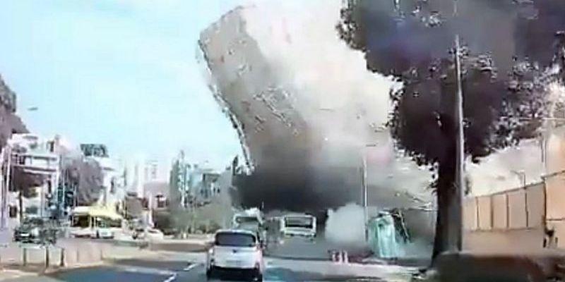 Пятиэтажка упала на оживленную магистраль, много людей погибло: видео с моментом ЧП