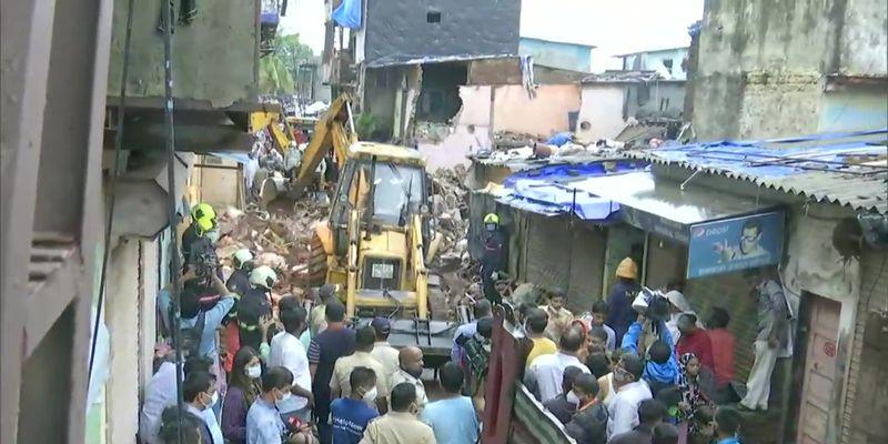 Муссонные дожди парализовали Мумбаи и обрушили здание на людей (видео)