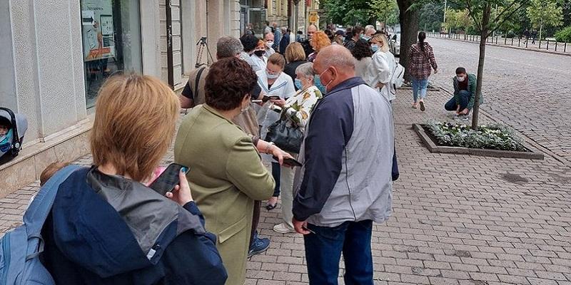 В Харькове открыли центр вакцинации от COVID-19: не обошлось без очередей и скандалов (фото, видео)