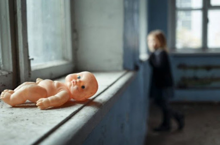 У Житомирській області матір на тиждень залишила 4 дітей і «гуляла» в сусідньому селі: прокуратура розпочала провадження
