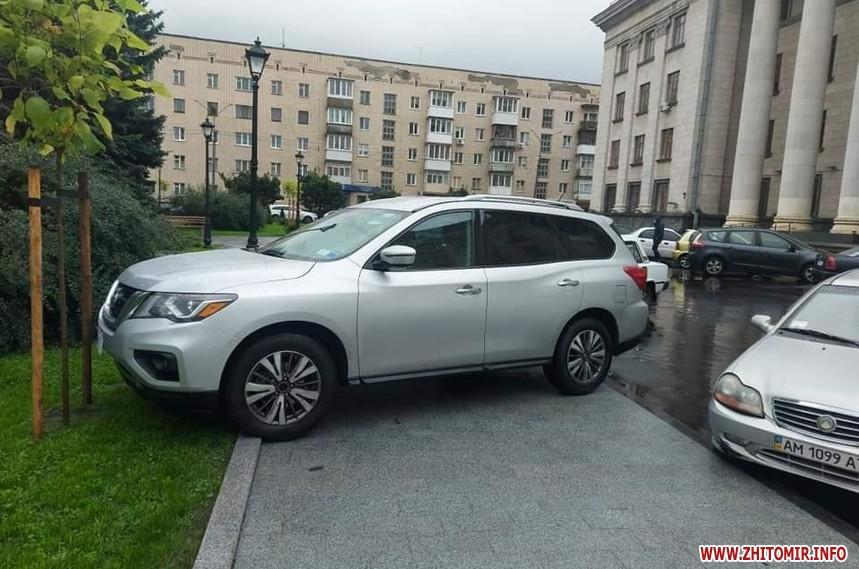 У новому сквері на майдані Соборному у Житомирі припаркували Nissan на тротуарі та газоні: автомобіль евакуювали