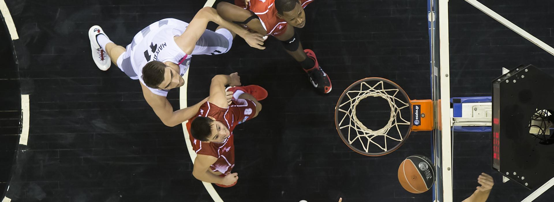 3 mannen die basketbal spelen