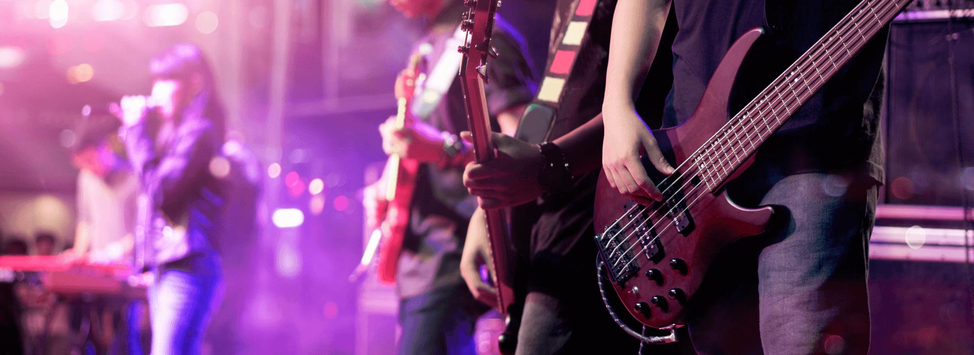 Band met gitarist en zangeres
