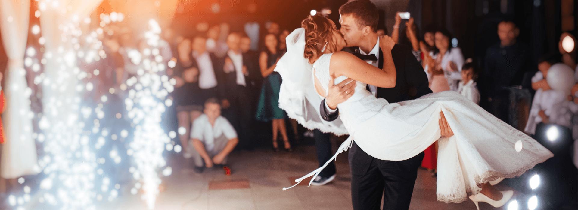 Trouwerij waarbij bruid en bruidegom elkaar kussen
