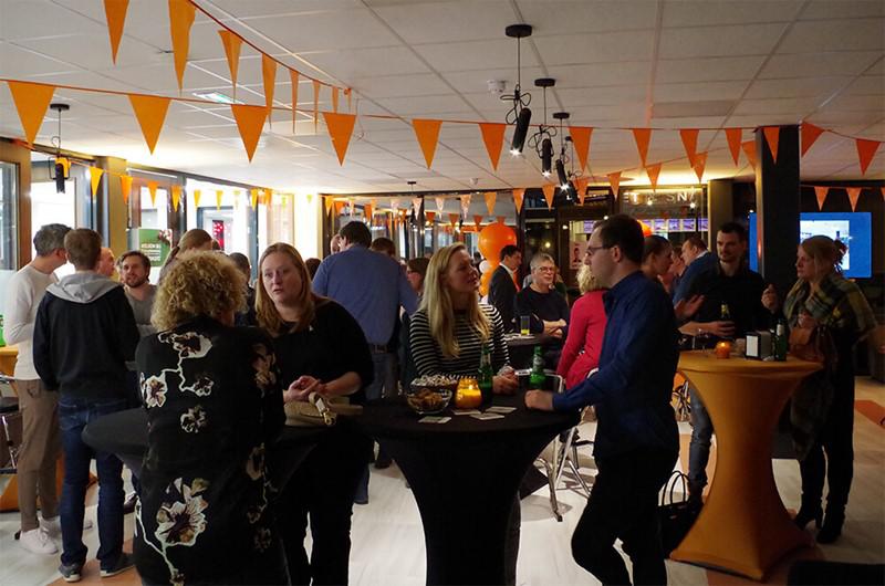 Covadis openingsfeest feestgangers in zaal
