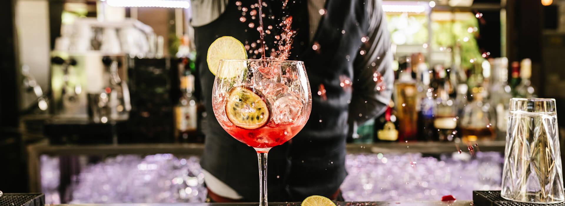 Cocktail bereiden barman evenement