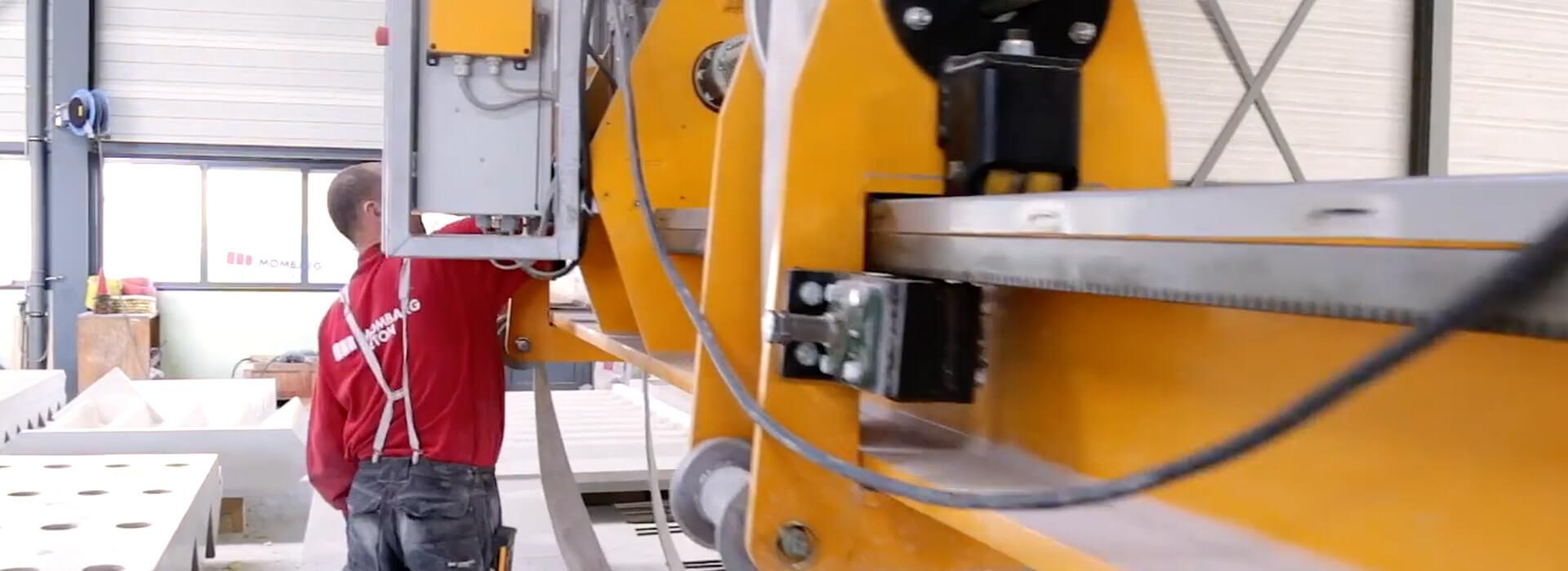Man werkt aan machine Mombarg