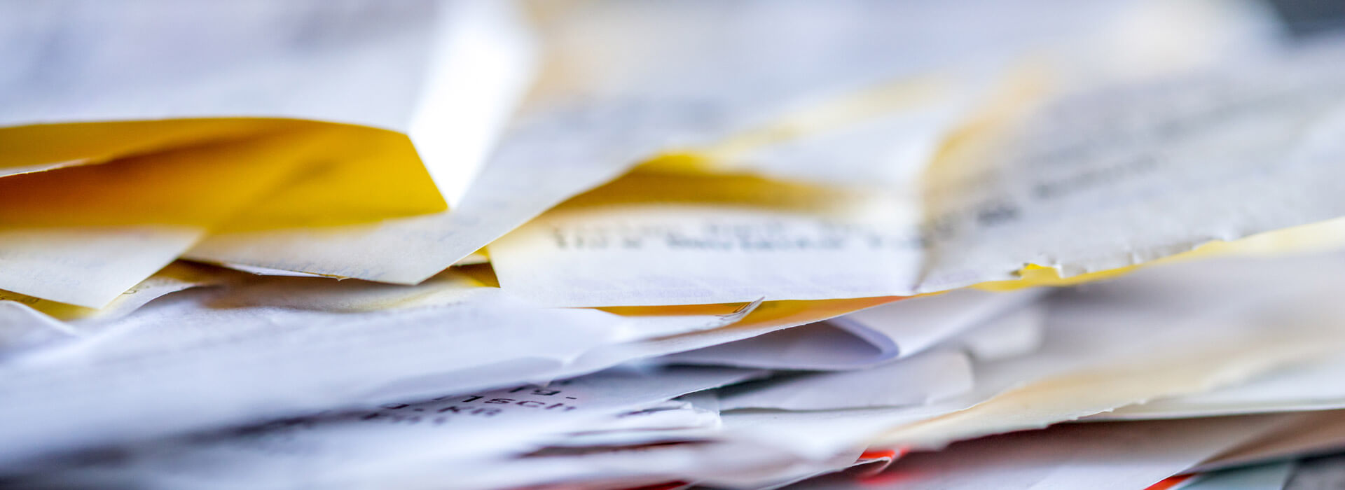 Stapel envelopen brieven ingezoomd