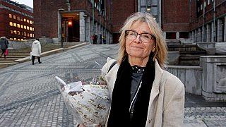 BLOMSTER FOR MEDVIRKNING: Professor Oddrun Sæter med buketten hun fikk etter sitt innlegg om brukermedvirkning i planprosesser under Byutviklingskonferansen på Rådhuset.