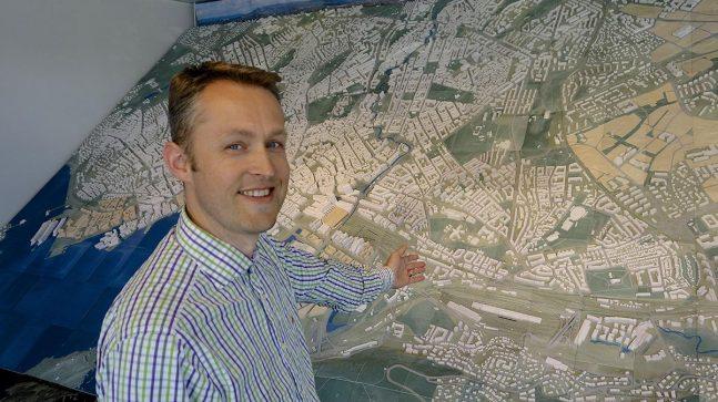 BRUKES TIL SÅ MANGT: Rune Kjørmo i resepsjonen i Plan- og bygningsetaten, foran den store modellen av Oslo.