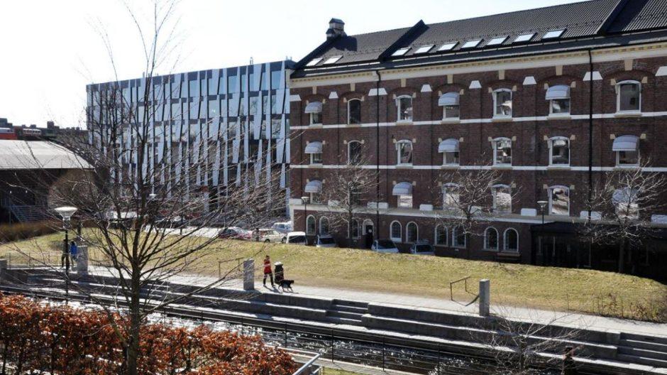 Tidligere bedrift Bakke Mølle med Egmonts kontorbygning bak. I dag har Oslo kommune, bydel Nordre Aker, kontorer i Bakke Mølle-bygget.