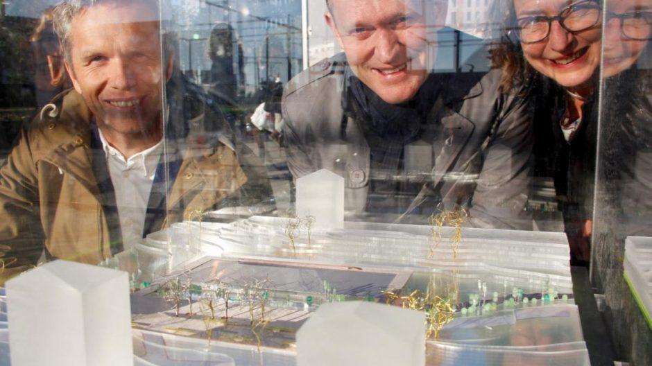 VINNERNE:  fra venstre Thomas Lærdal, Filter arkitekter, Rainer Stange, Dronninga landskap og Sidsel Andersen, Bydel Bjerke, bak modellen av Bjerkedalen park.