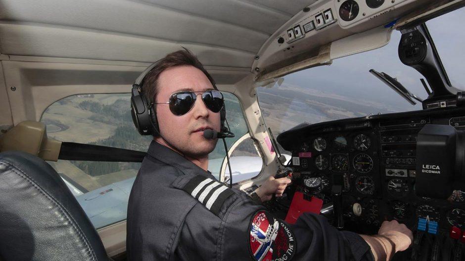 LUFTIG ARBEIDSPLASS: Pilot Erik Kristoffer Kjeldsen i Blom ASA har satt kursen fra Rakkestad i Østfold mot Oslo