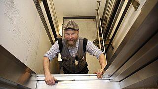 I HEISEN: Bjørn Paulsen fra Plan- og bygningsetaten i ferd med å kontrollere en av de 4600 heisene etaten sjekker hvert år.