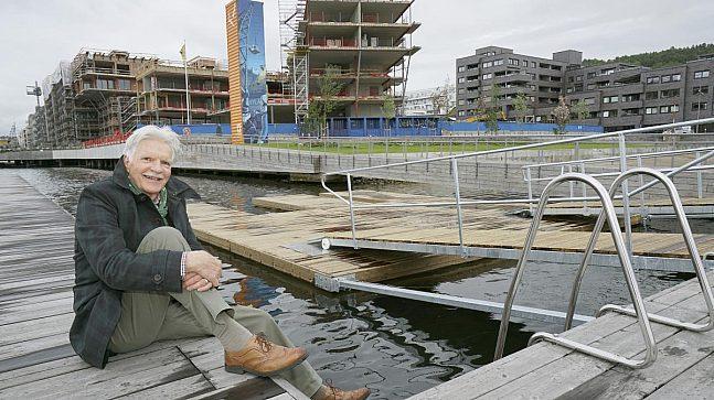 Sjefarkitekt Alex Arnfinsen i Fjordbyenheten i Plan- og bygningsetaten sitter på brygga til Sørenga Sjøbad