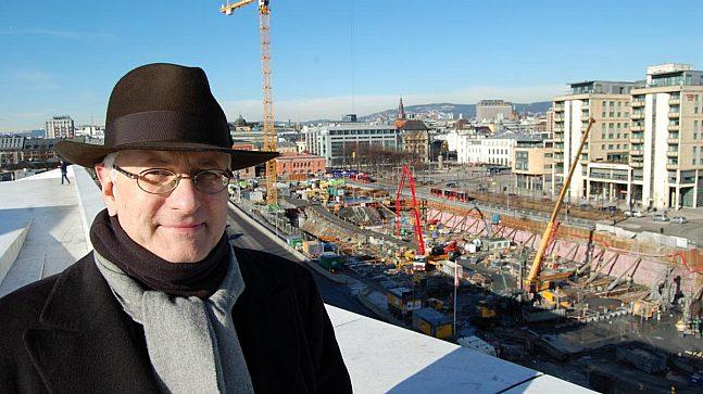 HULL I BAKKEN: Foreløpig yrer det «bare» av anleggsarbeidere der Diagonale kommer. Men enhetsdirektør Stein Kolstø i Fjordbyenheten ser for seg et annet Bjørvika om noen år.